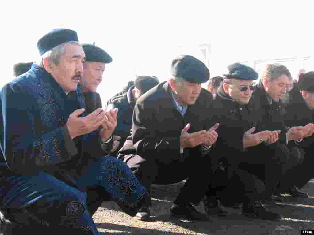 Лидеры оппозиции у могилы Заманбека Нуркадилова в третью годовщину его смерти. Алматы, 12 ноября 2008 года. - Лидеры оппозиции у могилы Заманбека Нуркадилова в третью годовщину его смерти. Алматы, 12 ноября 2008 года.