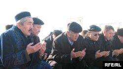 Лидеры оппозиции у могилы Заманбека Нуркадилова. Алматы, 12 ноября 2008 года.