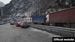 Բեռնատարներ վրաց-ռուսական սահմանի Լարսի անցակետի մոտ ձմռանը, արխիվ