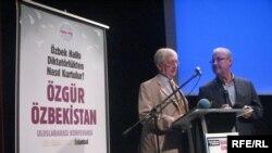 Ұлыбританияның Өзбекстандағы бұрынғы елшісі Крейг Мюррей (сол жақта) Әндіжан оқиғасын еске алу рәсімінде. Стамбул, 11 мамыр 2013 жыл.