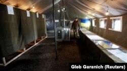 Виборча дільниця для українських військових, які беруть участь в Операції об'єднаних сил, напередодні голосування. Неподалік міста Бахмута Донецької області, 30 березня 2019 року