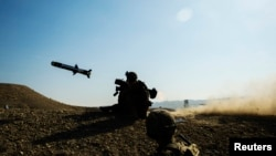 Ілюстраційне фото. Вогонь з американського протитанкового ракетного комплексу Javelin. Дискусії про надання Україні летального озброєння не вщухають