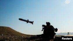 Американский солдат стреляет из противотанкового комплекса «Джавелин». Афганистан, январь 2015 года