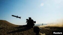 Американский солдат стреляет из переносного противотанкового ракетного комплекса «Джавелин» (FGM-148 Javelin)
