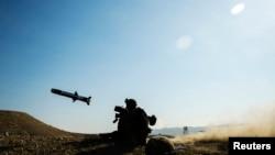 Американський солдат запускає протитанкову ракету «Джавелін» під час навчань (фото архівне)