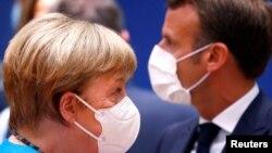 Германският канцлер Ангела Меркел и френският президент Еманюел Макрон се опитват да посредничат между двете основни групи на срещата на върха на ЕС в Брюксел, която продължава четвърти ден