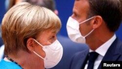 Angela Merkel (solda) və Emmanuel Makron