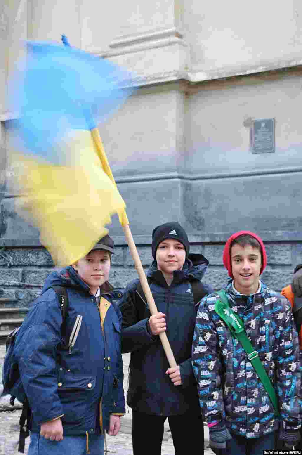 Семикласники Марко, Северин і Андрій збираються на львівський майдан, бо для них Європа – це новий порядок в країні, освіта і дешевий одяг з Польщі