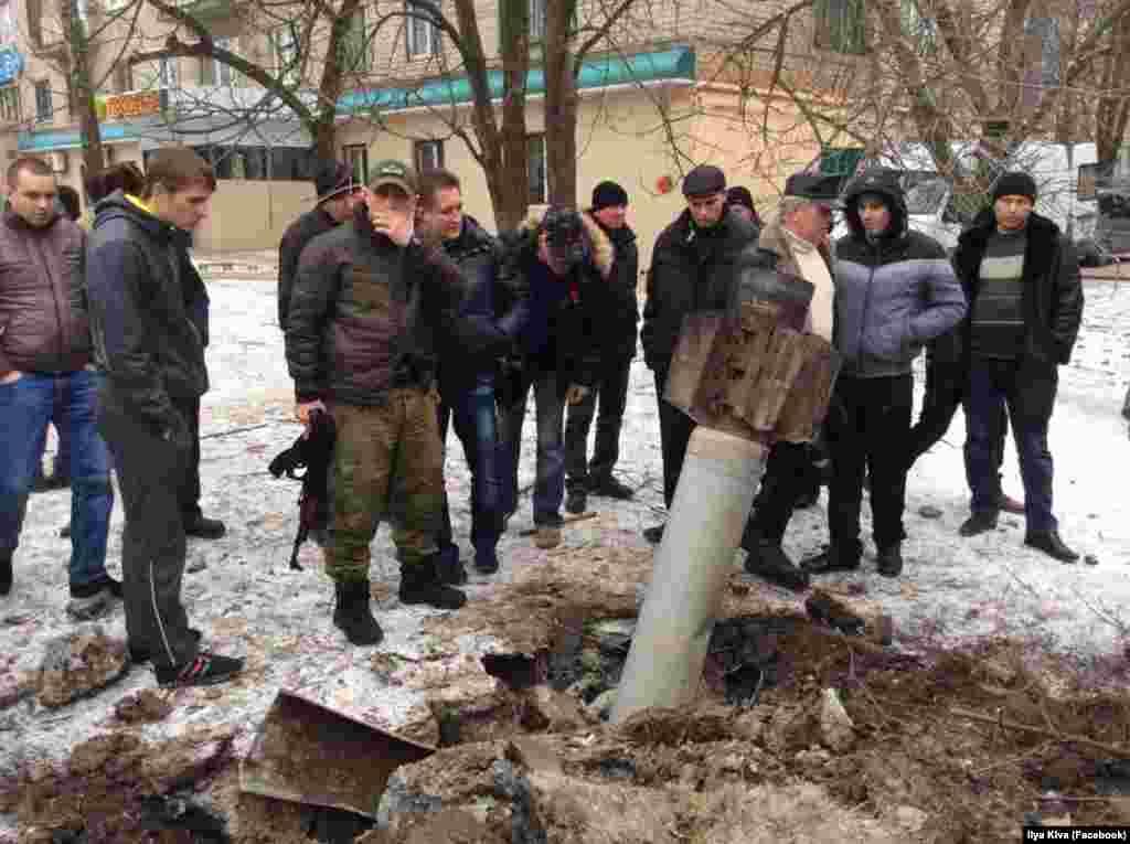 Люди осматривают реактивный снаряд, упавший на одной из улиц Краматорска - фотография Ilya Kiva
