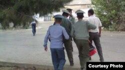 Türkmen polisiýasy saklanan raýaty alyp barýar.
