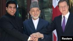 Ашраф (слева), Карзай и Кэмерон в Кабуле, 19 июля 2012 г.