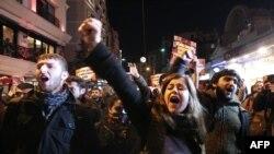 Молодежь требует отставки правительства Эрдогана во время протестов в Стамбуле. 18 января 2014 года.