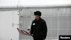 Российский заключённый с самодельным деревянным факелом