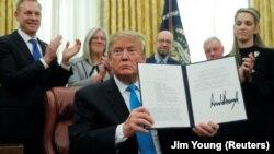 Președintele Donald Trump, autorizând crearea Forței Spațiale