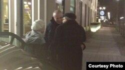 Он жыл түрмеде отырып шыққан Михаил Ходорковский (ортада) әкесі Борис және анасы Маринамен (сол жақта) қайта кездесті. Берлин, 21 желтоқсан 2013 жыл. Видеотаспадан скриншот.