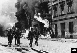 Ofițeri naziști în ghetto-ul incendiat de la Varșovia