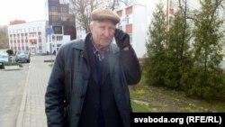 Бандарэнка-старэйшы паведамляе праз тэлефон радасную навіну пра сына