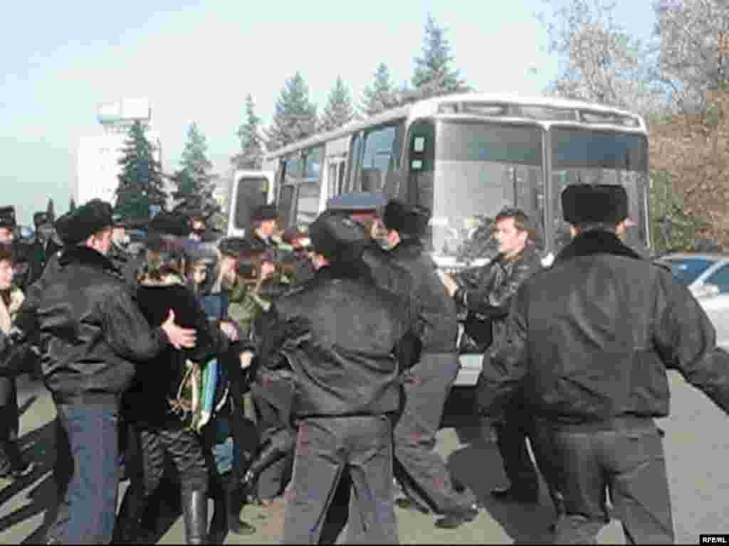 Полиция арестовала активистов демонстрации протеста, ворвавшихся в городской акимат. Алматы, 10 декабря 2008 года. - Полиция арестовала активистов демонстрации протеста, ворвавшихся в городской акимат. Алматы, 10 декабря 2008 года.