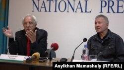 Члены Компартии Владимир Косяченко и Мадел Исмаилов проводят пресс-конференцию. Алматы, 24 сентября 2014 года.
