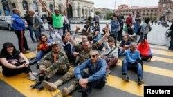 Учасники акцій протесту в Єревані, 29 квітня 2018 року