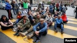 Mbështetësit e opozitë kanë bllokuar rrugët e Jerevanit, Armeni.
