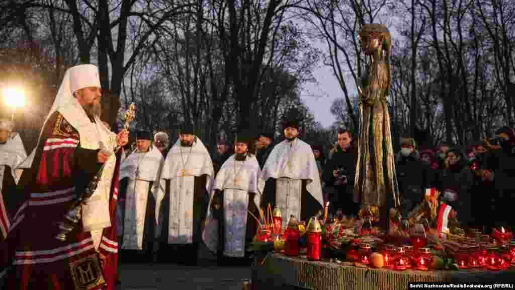 Панахиду провів глава Православної церкви України (ПЦУ) Епіфаній. У молебні також взяли участь представники Української греко-католицької церкви (УГКЦ)