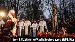 Митрополит Епифаний, предстоятель Украинской православной церкви, проводит богослужение у монумента жертвам Голодомора, Киев, 28 ноября 2020