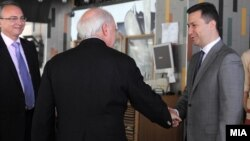 Премиерот Никола Груевски и посредникот на ОН Метју Нимиц на работен ручек во Скопје.