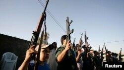 Ополченцы, воюющие на стороне иракской армии, в Кербале. 17 июня 2014 года.