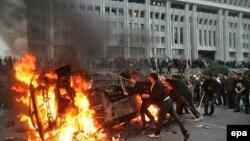 Асқар Ақаев билігіне қарсы шыққандар үкімет үйі алдында көлік өртеп жатыр. Бішкек, 24 наурыз 2005 жыл.