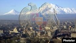 Stema Armeniei pe fundalul capitalei Erevan şi muntelui Ararat