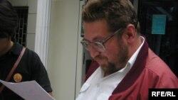 Тәуелсіз журналист Андрей Свиридов сот шешімімен танысып тұр. Алматы, 17 қыркүйек 2009 жыл.