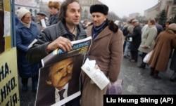 Під час агітації за кандидата на посаду президента України Левка Лук'яненка. Київ, 30 листопада 1991 року