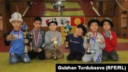 Юные кыргызстанские дзюдоисты, отличившиеся на соревнованиях в Польше.