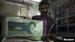 در ماه فوريه ارزش برابری ريال در برابر دلار حدود ۵۰ درصد کاهش يافت.