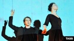 """Премьера спектакля """"Бедная Лиза"""", март 2009 года: Эраст - Андрей Меркурьев, Лиза - всё еще Чулпан Хаматова."""