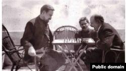 Ленін і Богданов грають у шахи, посередині Горький. Капрі, 1908 рік