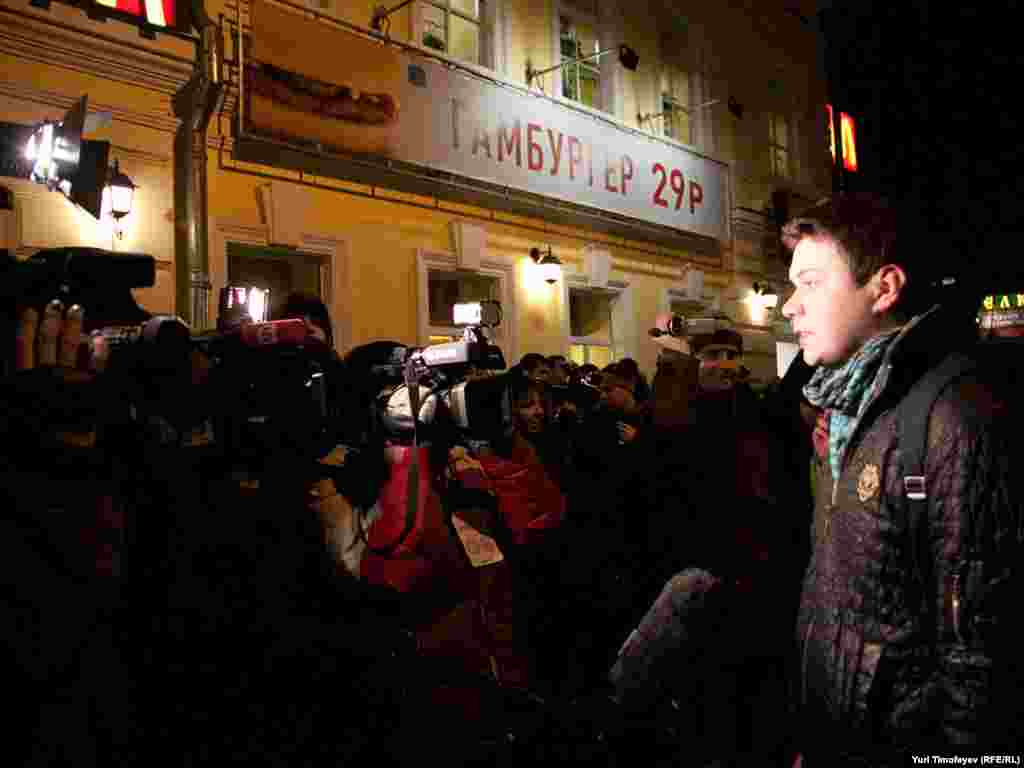 Сотня журналистов и несколько десятков человек пришли на несанкционированную акцию националистов...