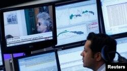Radnik na burzi gleda vijesti o Beppe Grillu, 26. veljače 2013.