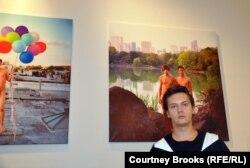 Александр Каргальцев возле своей работы: портрет геев из России в Центральном парке Нью-Йорка