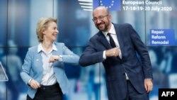 Президентка Європейської комісії Урсула фон дер Ляєн та голова Європейської ради Шарль Мішель після переговорів щодо обсягів допомоги країнам, постраждалим від пандемії коронавірусу, Брюссель, 21 липня 2020 року