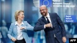 Претседателката на Европската комисија Урсула Фон Дер Лејен и претседателот на Европскиот совет Шарл Мишел по самитот на ЕУ, Брисел, 21.07.2020.