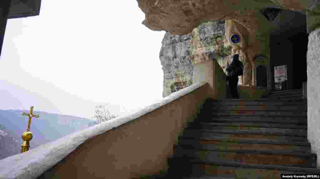 На балкончике перед входом в Успенскую пещерную церковь