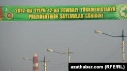 Türkmənistanda prezident seçkisi üçün təşviqat rekalmı.