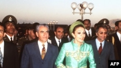 Photo dated October 1971 of Shah Mohammed Reza Palhavi and his wife, Queen Farah Diba, arriving at a commemoration of the 2500th anniversary of the Persian monarchy in Persepolis. / AFP PHOTO / STF
