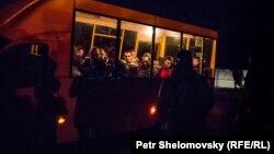 Иллюстрационное фото. Украинские военнопленные перед освобождением. Донецк, апрель 2015 года