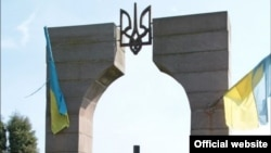 Верхня частина монументу воякам УПА на цвинтарі польського села Грушовичі неподалік українського кордону, який був зруйнований минулого року