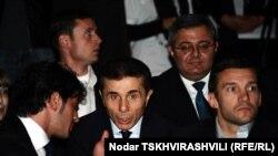 За последние два месяца республиканцы, «Свободные демократы», консерваторы и «Партия народа» получили от Иванишвили по 100 000 лари, общая же сумма пожертвований составила 4 400 000 лари