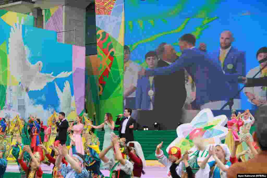 Казахстанские певцы исполнили патриотические песни на концерте перед Дворцом республики в Алматы. Алматы, 1 мая 2018 года.