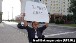 Жительница города Семей Кенжегайша Рахимбаева на одном из предыдущих пикетов в Астане, 22 августа 2016 года.